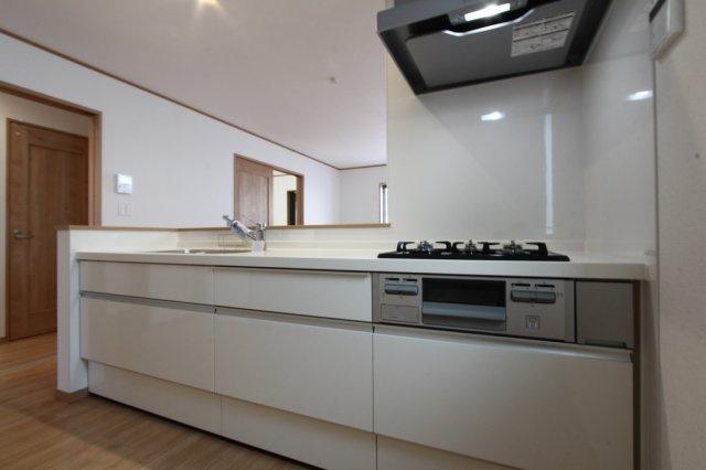 作業スペースも広く使いやすいキッチンはリビングを見渡せる対面式◎ 3口コンロにグリル付きなのでお料理の幅も広がりそうですね。 家計にも優しい都市ガスなのも嬉しいポイントです。