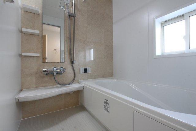 広々としたバスタブで一日の疲れもすっきり取れそう◎カビ防止にも役立ち、寒い日には浴室内を温めてから入浴頂けたり、乾燥室としても使えるので雨の日の洗濯物も安心な浴室乾燥機付きです。
