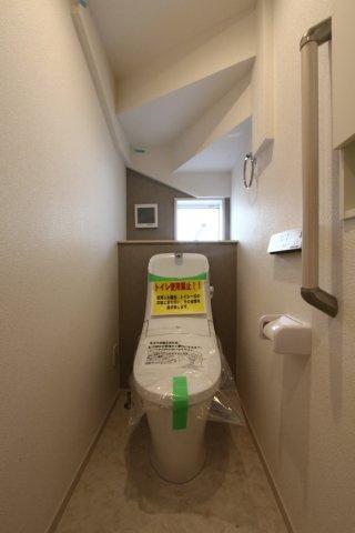 白を基調とした清潔感のある快適なトイレスペースです。毎日使う大切な空間です。ぜひ現地にて細部までチェックして下さいね。