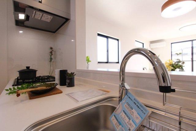 広々ゆとりあるシステムキッチン。いつでもおいしいお水が飲める浄水器付き。3口コンロになっていてお料理もはかどりそうですね♪収納スペースも豊富です◎