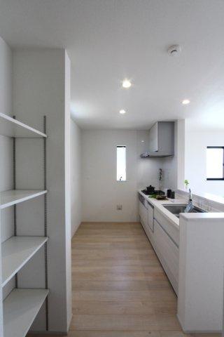 キッチン横に収納スペースがございます。常温で保存できる食品や飲料、調理器具や食器などをストックできてキッチンはいつもスッキリ片付きますね◎