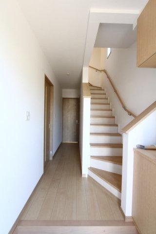 玄関すぐの階段が2階に広がり、空間を広くみせてくれます◇観葉植物やアレンジが映えるナチュラルな仕上がりの室内です♪建物完成しております!気になる点が少しでもございましたらお気軽にお問合せ下さい。