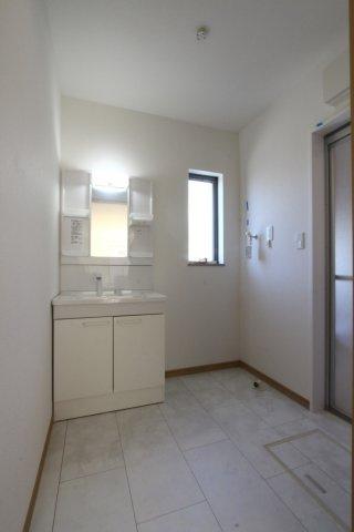 こもりがちな洗面所の換気ができる窓が備わっております◎ご家族それぞれの日用品が片付く棚がたくさん♪お掃除や身支度がしやすいシャワー付き洗面台完備されております!