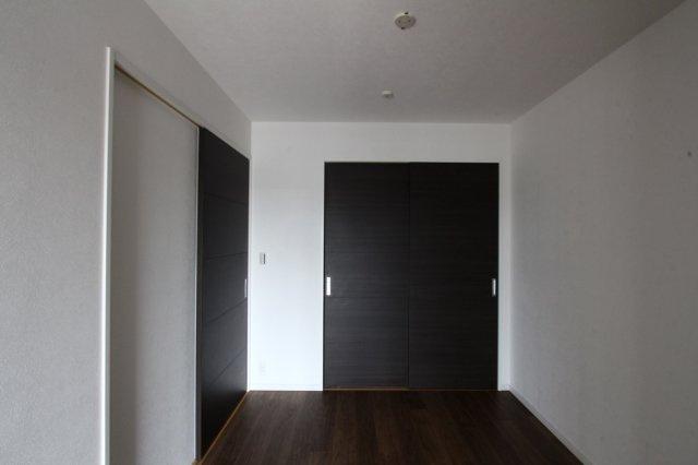 3部屋の洋室は、全室収納付きのスッキリとした空間です。  落ち着いた色味で、プライベート空間をしっかりと確保できそうですね。