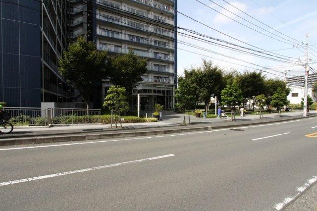 「茅ヶ崎」駅から徒歩11分。周辺は、徒歩圏内に生活に便利な施設が多数ございますので、お車をお持ちでない方でも快適にお過ごしいただけます。