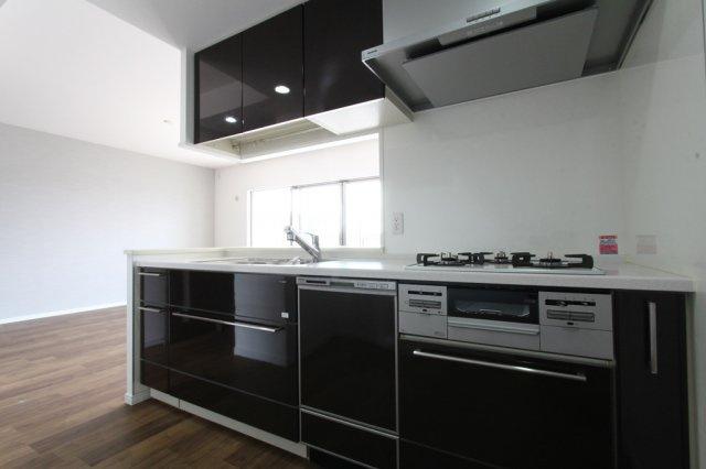 嬉しい食器洗浄機付きシステムキッチンで、家事の時短にもつながります! 忙しい奥様には嬉しい設備ですね。