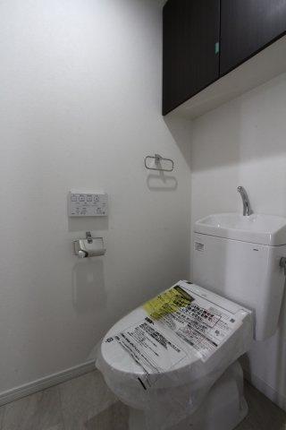 シンプルデザインで、清潔感を感じられる空間となっております。 さらに、上部の備え付け戸棚は、消耗品などもスッキリと収納できます。