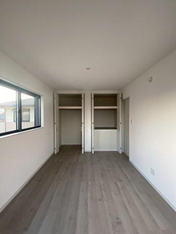 居室毎にクローゼットが設けられ、増えていく荷物もたっぷりしまえる収納力があります。玄関収納や、キッチンには床下収納 階段下収納など収納力高いプランで住みやすさへのこだわりが感じられます。