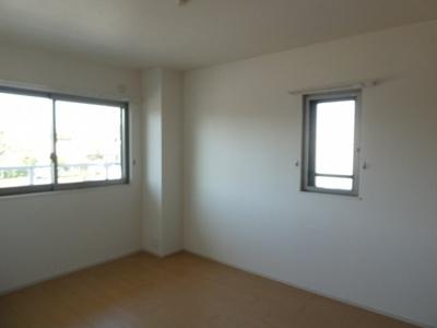 シューズボックスと玄関収納があります。