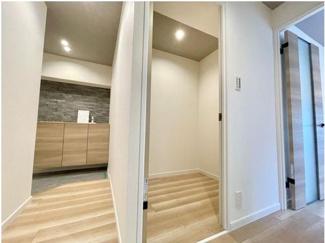 ■廊下■ リビングに入る前に納戸があるので、外からほこりや花粉を居室に持ち込まずに過ごせます♪