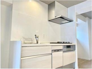 1950サイズのキッチンです♪ キッチン横のスペースはパントリーの代わりとしてもご利用いただけます◎