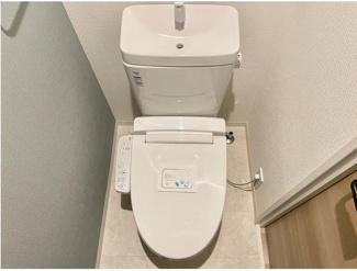 リフォーム時に温水洗浄機能付きに新調! 上部には収納棚もございます♪