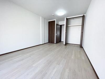 使い勝手のいい洋室です。約12帖あります。 リノベーションで2部屋に変更も可能です♪