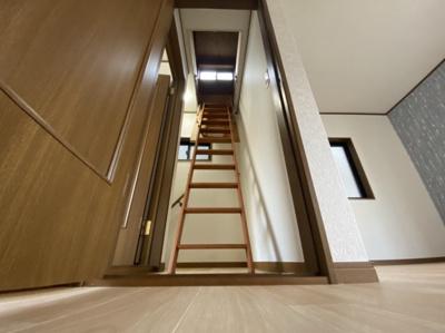 ■屋根裏収納に続く階段です