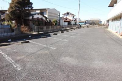 アスファルト舗装された敷地内駐車場