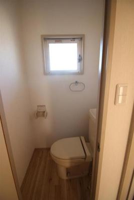トイレには窓があり換気が出来ます◎