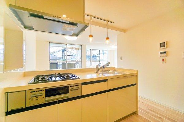 システムキッチンは収納も豊富です! 新品のキッチンで料理も楽しくなりますね!