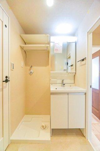 広々とした洗面所 大きな鏡付きの洗面化粧台!