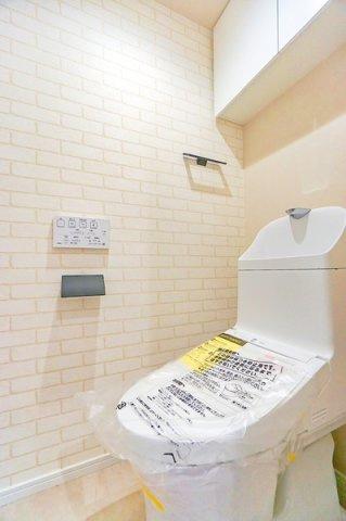 清潔感のある内装のすっきりとしたデザインのトイレです。 水周りが綺麗だと安心ですね。
