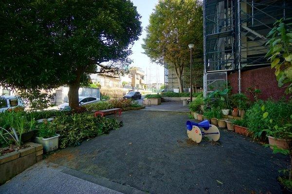 敷地内には広々とした公園が隣接されています。 お子様がいるご家庭でも安心です!
