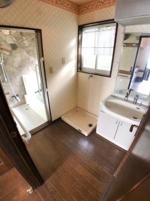1階洗面所の写真です♪ 天井に扇風機もついておりますので夏場の暑いときは活用する事が出来ますね♪