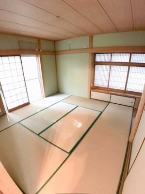 1階約8帖の和室の写真です♪ 客間などで使用することも出来ますよ♪ 収納スペースも2か所ございますよ♪