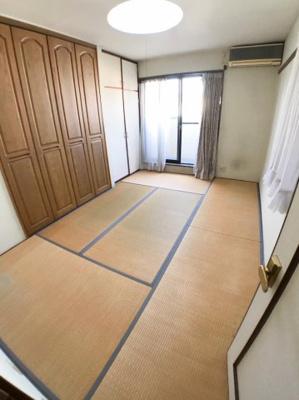 2階約6.4帖の和室です♪ 北側窓からは2WAYバルコニーにつながっております♪