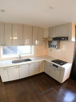 キッチンの写真です♪ お料理スペースも広くございますのでストレスフリーですね♪