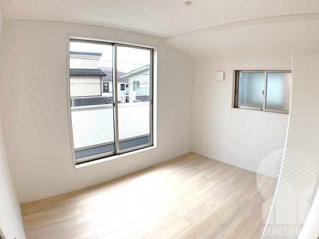 【2階1つ目のお部屋】洋室6.0帖は、2面遮光でとても明るく、南側の窓からは日がしっかりと差し込みます!