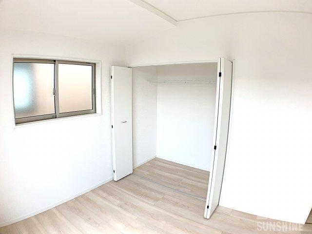 洋室6.0帖のクローゼットは、天井までたっぷり詰まる収納になっております。