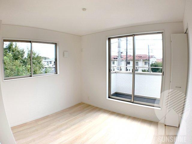 【2階2つ目のお部屋】洋室6.0帖も、2面遮光でとても明るく、南側の窓からは日がしっかりと差し込みます!