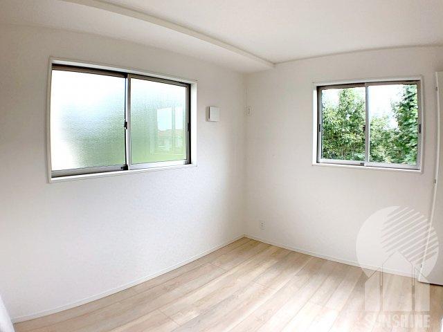 【2階3つ目のお部屋】洋室5.2帖も、2面採光でお部屋が長時間明るく保てます。