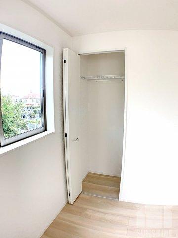 洋室5.2帖:収納スペースのクローゼットも天井までたっぷり収納可能なタイプです!