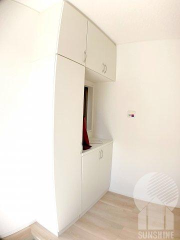 窓からの光が入る明るい玄関に、天井までタップリ入る収納力の高い下駄箱です。