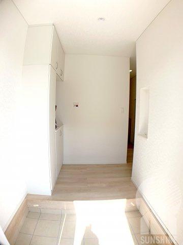 下駄箱横に小窓がある明るい広々とした玄関です。