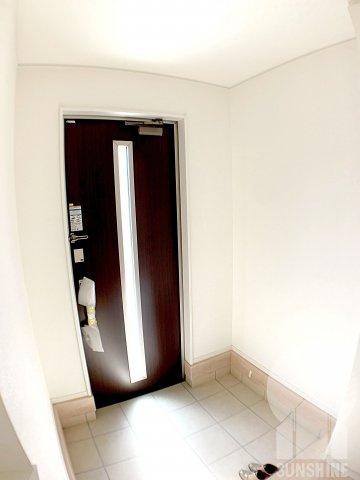 玄関ドアから明かりが射し込む為、とても明るく、カードキー付きで開け閉めが簡単に出来ます。