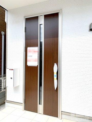 白系のサイディングと茶色系の玄関ドアのコントラストが素敵です。