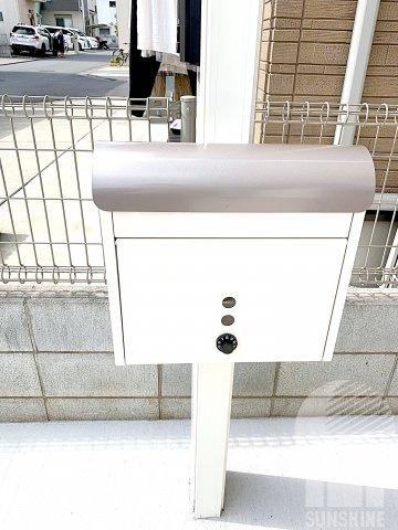 白色ととシルバー色のお洒落な郵便受けは、ダイヤルキー付きで防犯対策されております。