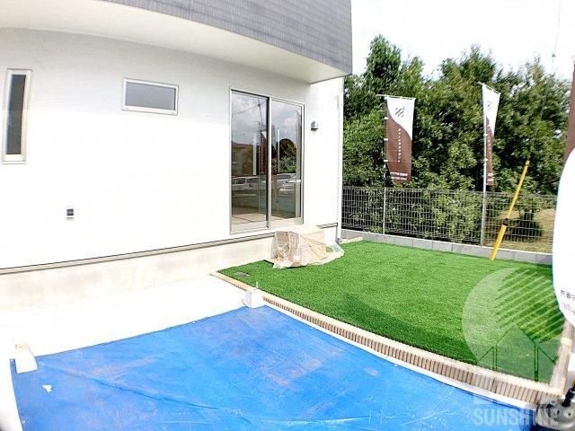 カースペースは並列2台、南側の庭先もしっかり確保、家庭菜園も可能で広々としております。
