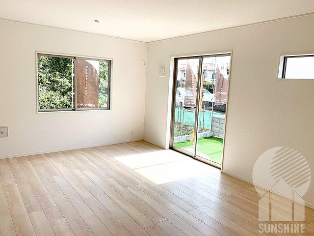南側の窓から日が射し込む使い勝手の良い17.7帖には、大型テレビ、ソファー、テーブル、大きめのダイニングテーブルの設置可能です!
