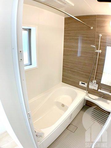 奥行きが深くしっかり足を伸ばせる浴槽、窓付きの明るい浴室は一坪タイプで広々としております。