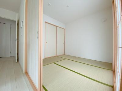 リビングにつながる和室です。客間としても快適にご活用できるよう、入口は2Wayです