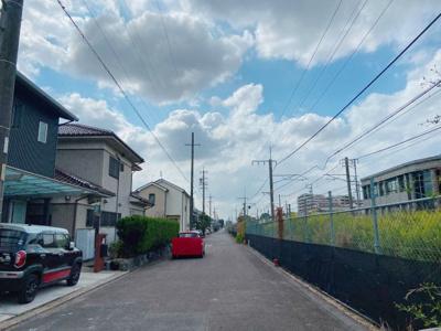 公道南北側6mに接道しています。車通りも少なく緑豊かな住環境♪