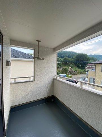 インナーバルコニーは、突然の雨でもお洗濯物が濡れる事なく安心です。 また、2部屋に繋がっているので大変便利です。