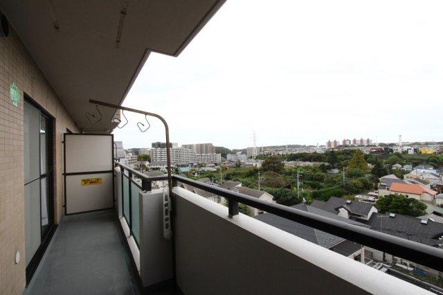 6階からの眺望は開放感があり大変気持ちの良いバルコニーとなっております。  十分な広さもございますので、毎日のお洗濯物も楽々干せますね。