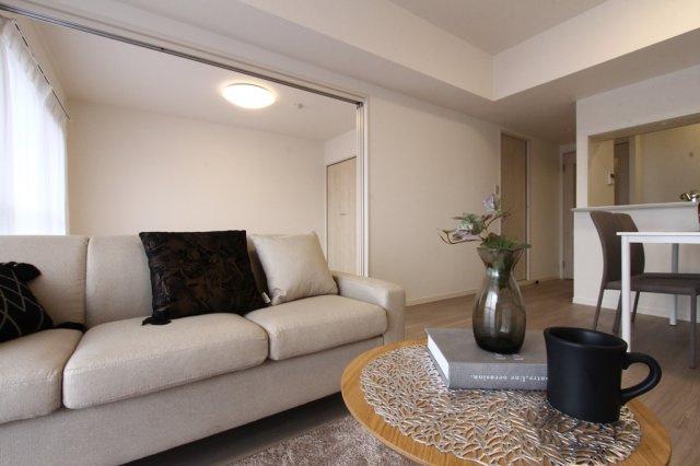 14.3帖のリビングは、隣接する洋室を開放することで、さらに広々した開放的空間を演出することができます。