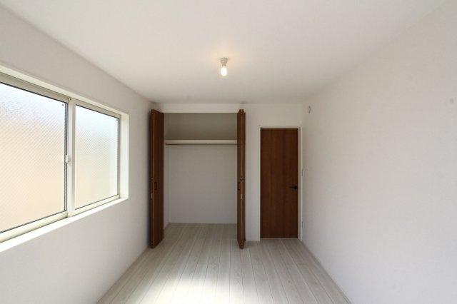 ゆったりと落ち着いたプライベート空間が過ごせそうな洋室には、各部屋クローゼット完備されています。年々増えていく荷物の収納にも安心ですね。