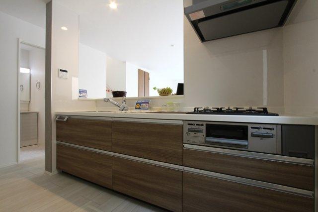 広々ゆとりあるシステムキッチン。収納スペースも豊富でスッキリ片付けられ、使い勝手もいいですよ◎3口コンロになっていてお料理もはかどりそうですね♪