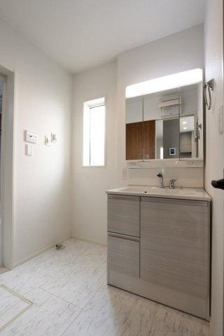 窓からの陽光が心地よい洗面室。洗面台下、ミラー裏にも収納スペースがあり収納スペース豊富。洗面の小物などもスッキリ片付きますね。