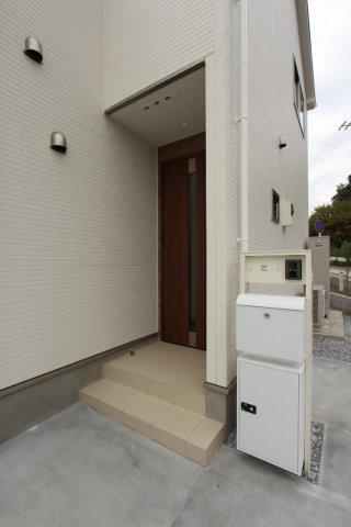 TV付きインターホンを採用しておりセキュリティ面も安心です。おしゃれな玄関ドアと整備されたエントランス。